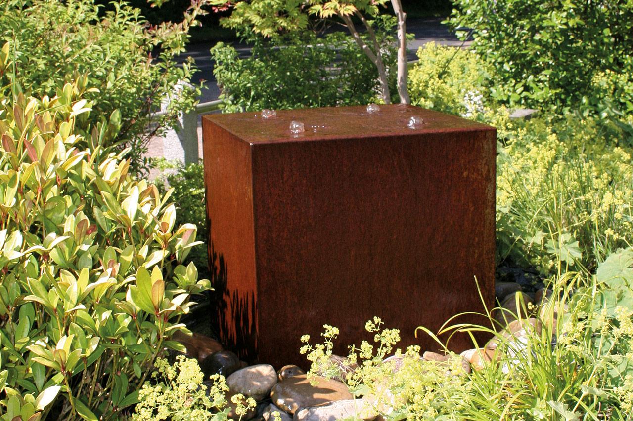 Cortenstahl-Brunnen Gartenspringbrunnen Kubusform Würfel Cortenbrunnen
