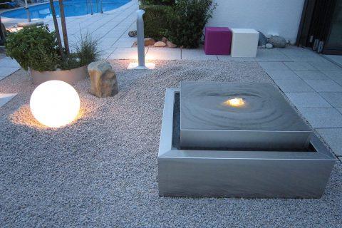 Edelstahl-Gartenbrunnen in kubistischer Form Kubusbrunnen Edelstahlbrunnen Kubus Design modern