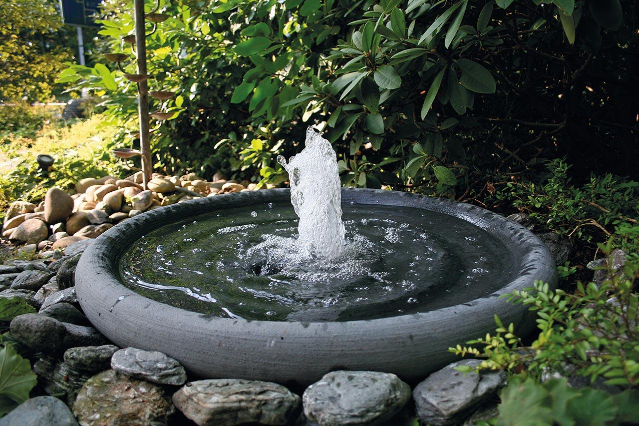 Stein-Gartenbrunnen Steinbrunnen Brunnen aus Stein Garnitsteinbrunnen Mühlsteinbrunnen Stein-Wasserschale aus Springbrunnen mit Fontäne