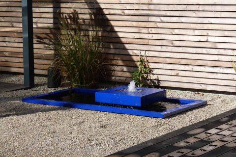 Gartenbrunnen aus Aluminium modern blau Holz moderner Garten Design